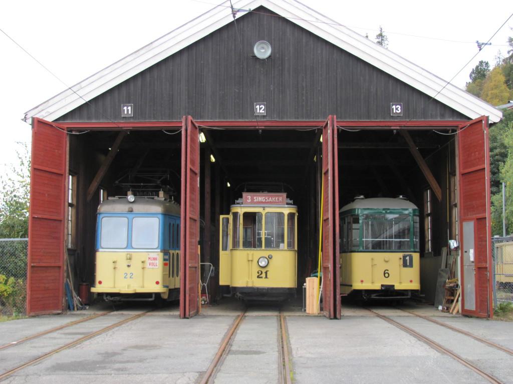 Tre av foreningens vogner i Graakalbanens gamle vognhall. (Foto: R. Kjenstad)
