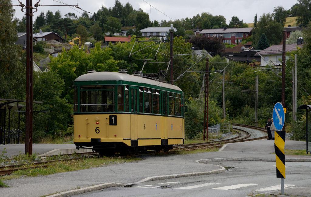 Nr 6 i trafikk med passasjerer på Breidablikk. Foto: Jon Rokseth