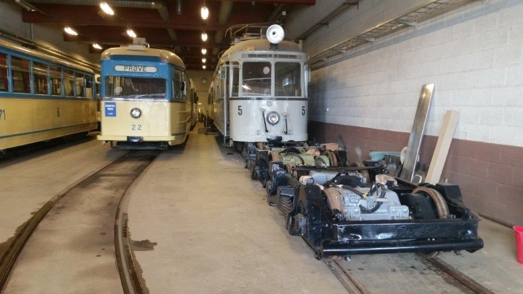Boggiene klare foran vogn 5. Til høyre vogn 22 som også har fått en revisjon i det siste.