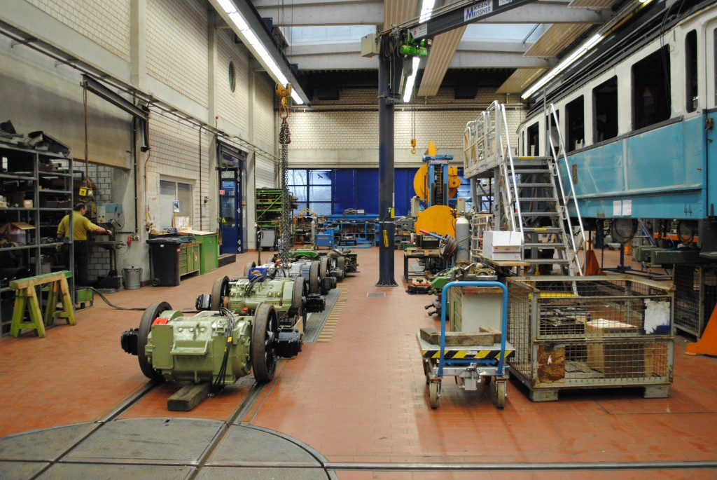 Verkstedet i Gera reviderer og vedlikeholder sine egne driftsvogner, men har i tillegg spesialisert seg på å ta oppdrag med revisjon av museumsvogner. Til høyre en vogn fra Heidelberg; en av flere vogner som er inne til revisjon og restaurering. (Foto: Jon Egil Kvernrød),