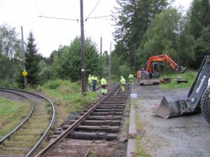 Ivrige medlemmer av Sporveishistorisk forening legger tilbake sidesporet på Lian stasjon. (Fotograf: Rune Kjenstad)